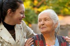 La abuela con la nieta Imagen de archivo