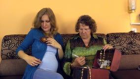 La abuela eligió la broche de la flor de cuero dio a la nieta embarazada almacen de metraje de vídeo