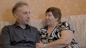 La abuela está hablando con su hijo adulto metrajes