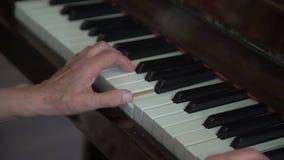 La abuela está jugando el piano almacen de video