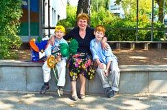 La abuela gugging a los niños Fotografía de archivo