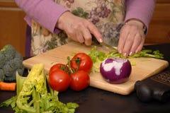 La abuela hace una ensalada sacudida foto de archivo