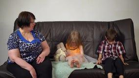 La abuela reprocha a niños en bromas y mún comportamiento metrajes