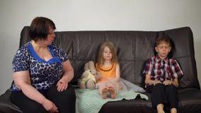 La abuela reprocha a niños en bromas y mún comportamiento almacen de video