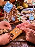 La abuela y la nieta hacen la casa de pan de jengibre Imagen de archivo libre de regalías