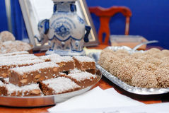La abundancia de una variedad de tabla de abastecimiento del dulce del servicio de los dulces Imágenes de archivo libres de regalías