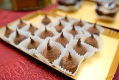 La abundancia de una variedad de tabla de abastecimiento del dulce del servicio de los dulces Imagen de archivo libre de regalías