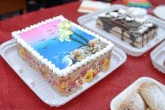 La abundancia de una variedad de tabla de abastecimiento del dulce del servicio de los dulces Imagen de archivo