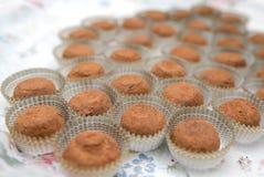 La abundancia de una variedad de tabla de abastecimiento del dulce del servicio de los dulces Fotos de archivo libres de regalías