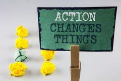 La acción de la escritura del texto de la escritura cambia cosas El significado del concepto que hace algo es como cadena mejora  Foto de archivo