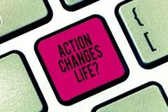 La acción de la escritura del texto de la escritura cambia cosas Significado del concepto que supera adversidad tomando medidas e foto de archivo