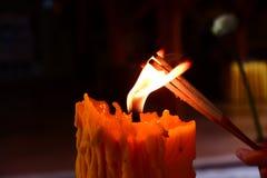 La acción de la luz de la vela Imagen de archivo libre de regalías