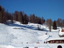 La acción del rescate en un esquí Imagenes de archivo