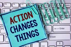 La acción del texto de la escritura de la palabra cambia cosas El concepto del negocio para hacer algo es como cadena mejora Refl Fotos de archivo