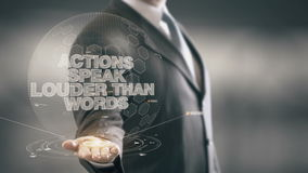 La acción habla más ruidosamente que tecnologías disponibles de Holding del hombre de negocios de las palabras las nuevas almacen de metraje de vídeo