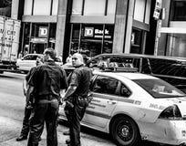 La acción tiró de NYPD manda considerado asistiendo a un incidente en Manhattan, NYC foto de archivo