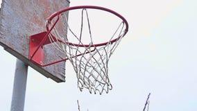 La acción tiró del baloncesto que pasaba a través de aro y de red de baloncesto almacen de video