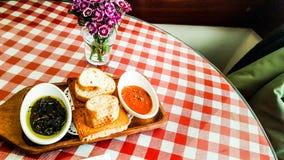 La aceituna y la pasta de tomate sirvieron con panes en el restaurante Foto de archivo