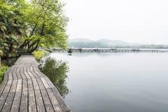 La acera de madera a lo largo del lago Foto de archivo libre de regalías