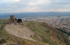 La acrópolis de la ciudad de Pergam, y turistas Fotos de archivo libres de regalías