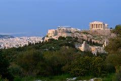 La acrópolis y la Atenas Foto de archivo