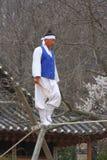 La acrobacia en la cuerda de volatinero en la aldea popular coreana Fotos de archivo libres de regalías