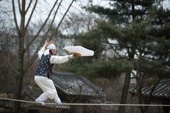 La acrobacia en una cuerda tirante que camina en el pueblo popular coreano Imágenes de archivo libres de regalías