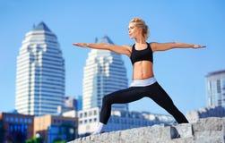 la actitud de la yoga del guerrero practicó por un profesor de la yoga Foto de archivo libre de regalías