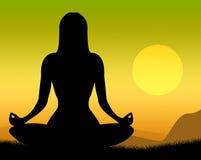 La actitud de la yoga muestra las actitudes pacíficas y la meditación Imagen de archivo
