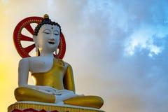 La actitud de la meditación, imagen de Buda que se sienta fotografía de archivo