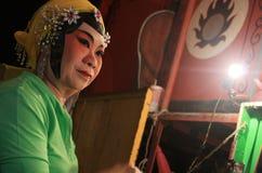 La actriz china de la ópera está pintando la máscara en su cara en la noche Imagen de archivo libre de regalías