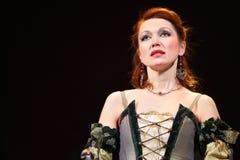 La actriz Olga Vorozhtsova canta en musical Imágenes de archivo libres de regalías