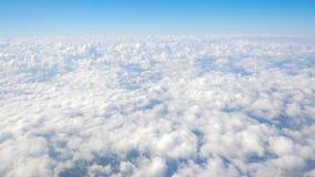 La acumulación de nubes debajo del aeroplano móvil, cloudscape, satisfaciendo sueña almacen de video