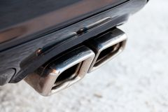 La adaptación del silenciador y del cromo brillante plateó los tubos de escape de nuevas piezas potentes del coche de Mercedes AM fotos de archivo libres de regalías
