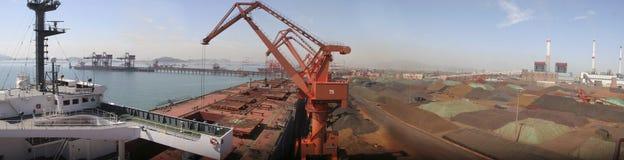 Puerto de Qingdao, terminal del mineral de hierro de China Imágenes de archivo libres de regalías
