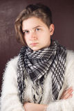 la Adolescente-muchacha con el pelo corto, está en una chaqueta blanca, Fotografía de archivo