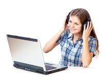 la Adolescente-muchacha escucha la música en auriculares Imagen de archivo libre de regalías