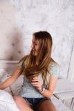 La adolescente-mujer joven está haciendo una almohada-lucha Fotos de archivo libres de regalías
