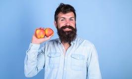 La adopción de forma de vida vegetariana trae subsidios por enfermedad Nutrición sana Forma de vida vegetariana Hombre con el inc Fotografía de archivo libre de regalías