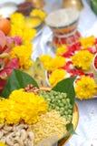 la adoración para dios del hindi con los granos de cereal 9 colores y lotos es d Imagen de archivo libre de regalías