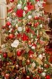La aduana adornó el árbol de navidad en hogar Imagenes de archivo