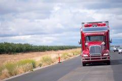 La aduana magnífica adaptó el aparejo del camión del rojo semi con el remolque del chaquetón Imagen de archivo libre de regalías