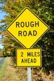 La advertencia amarilla canta en una carretera nacional Imagenes de archivo