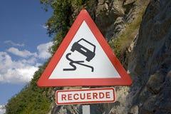 La advertencia de la señal de tráfico de caer oscila en las montañas de los Pirineos, provincia de Huesca, España Imagen de archivo libre de regalías