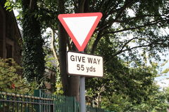 La advertencia de la señal de tráfico de lleva en 55 yardas Imágenes de archivo libres de regalías