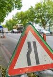 La advertencia del tráfico canta para el paso estrecho Fotos de archivo