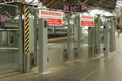 La advertencia roja y blanca, puertas de desplazamiento abre sin previó aviso muestras en la estación de la cruz del sur, Melbour Fotos de archivo