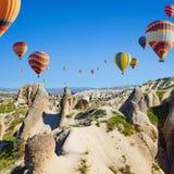 La aerostación del aire caliente es la mayoría de la atracción popular en Kapadokya cerca imágenes de archivo libres de regalías