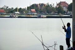La afición de la gente tailandesa en día de fiesta está pescando en el río del chaophraya Foto de archivo