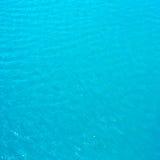 La agua de mar azul ciánica brillante puede utilizar como fondo o textura. imagen de archivo